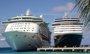 停靠港口的豪华游轮摄影高清图片