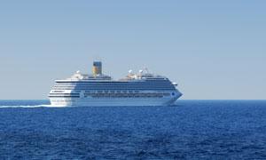 海面上的大型游船摄影高清图片