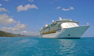湛蓝海水与豪华游轮摄影高清图片