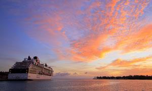 夕阳余晖照耀下的游轮摄影高清图片