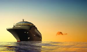 黄昏航行在大海上的船只摄影高清图片