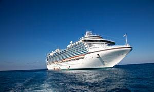 蔚蓝天空与海面上的轮船摄影高清图片
