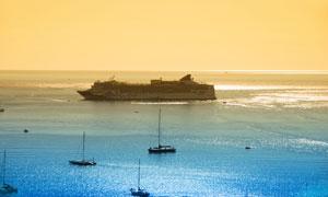 海面上的多艘船只与游轮摄影高清图片