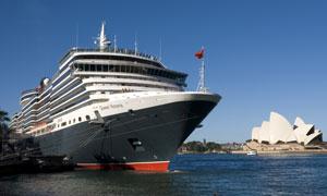 停靠在港口的维多利亚女王号高清图片
