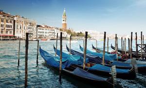 威尼斯贡多拉船与建筑物高清摄影图片
