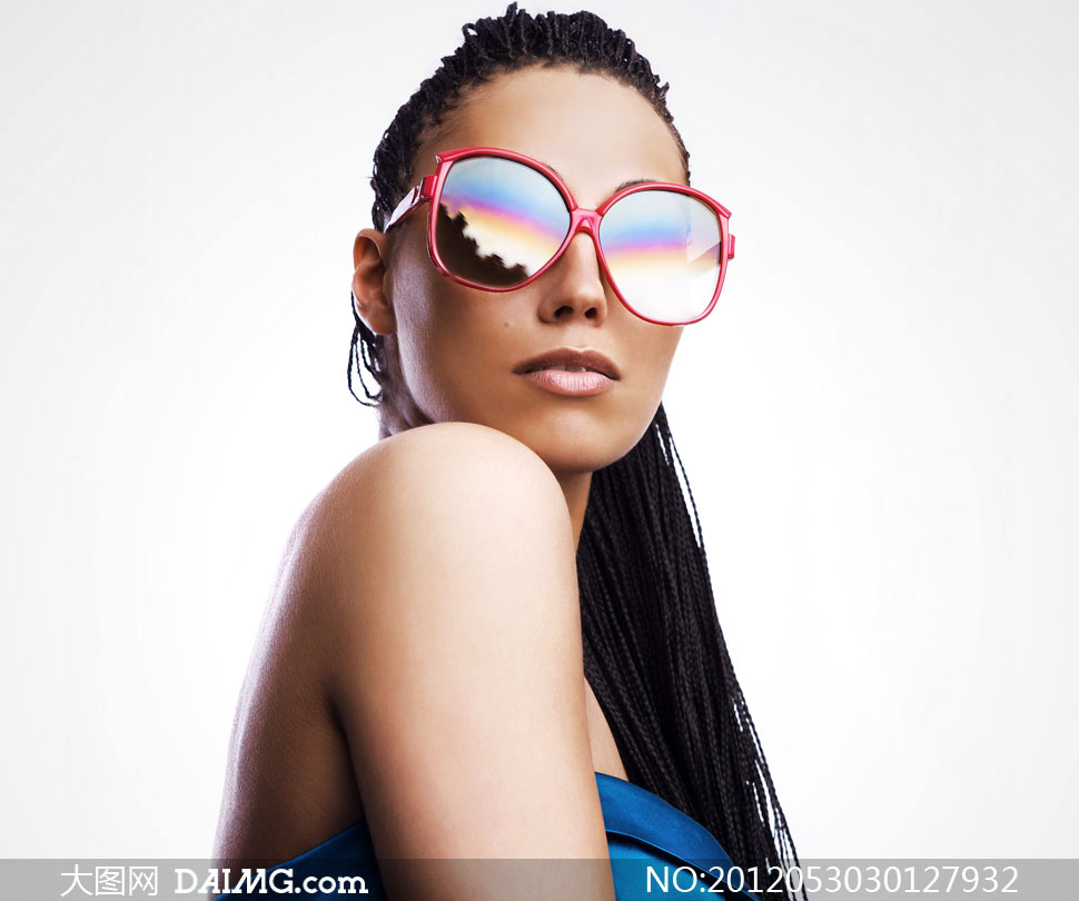 戴太阳镜的露肩美女摄影高清图片