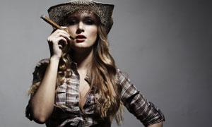 抽雪茄烟的长发美女摄影高清图片