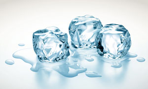 融化状态的冰块特写摄影高清图片