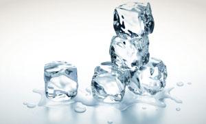 堆叠的冰块与液态水摄影高清图片