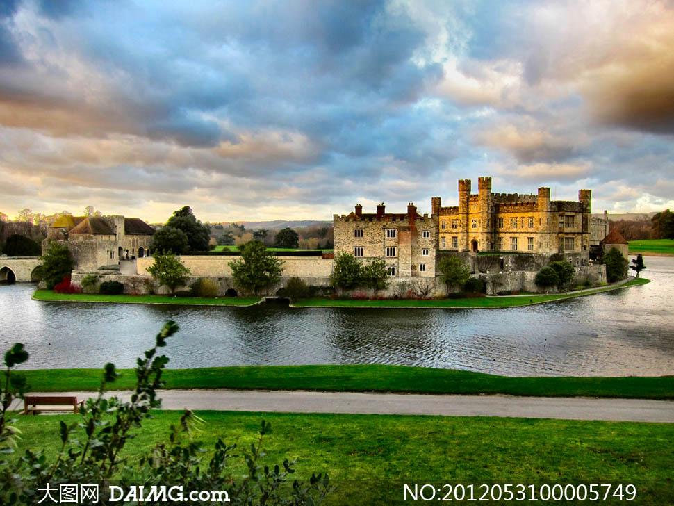 城堡风光城堡欧式欧洲建筑物风景河流护城河水面绿色草地意境唯美