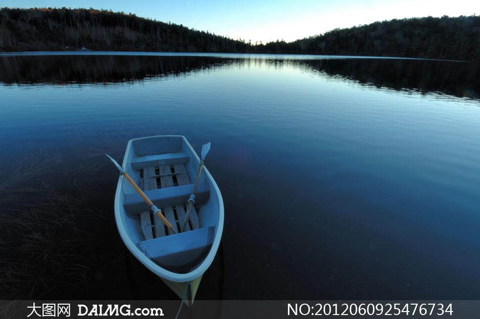 幽静湖面上停着的小木船高清图片