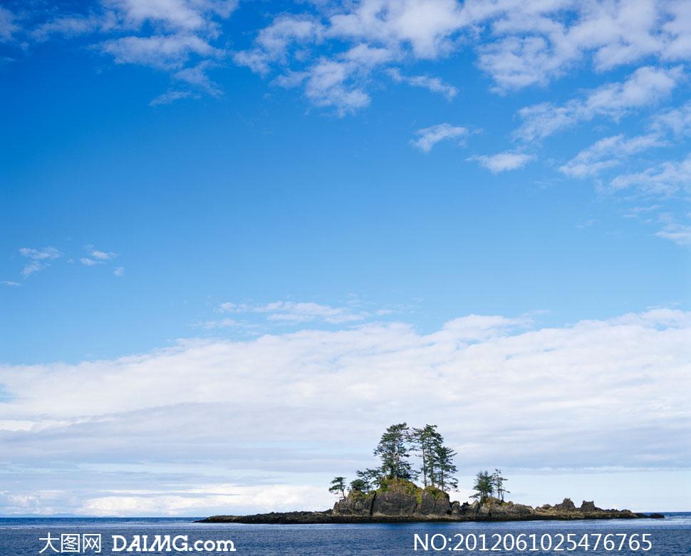 蓝天白云与水中孤岛摄影高清图片