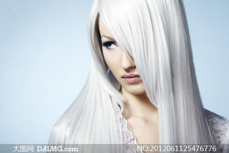 白色长发遮住一只眼的美女高清图片
