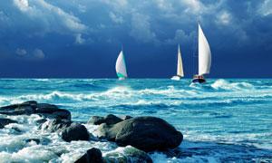 乘风破浪航行在大海上的帆船图片