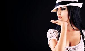 黑背景前的美女模特摄影高清图片