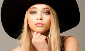 戴黑色宽边帽的金发美女高清图片