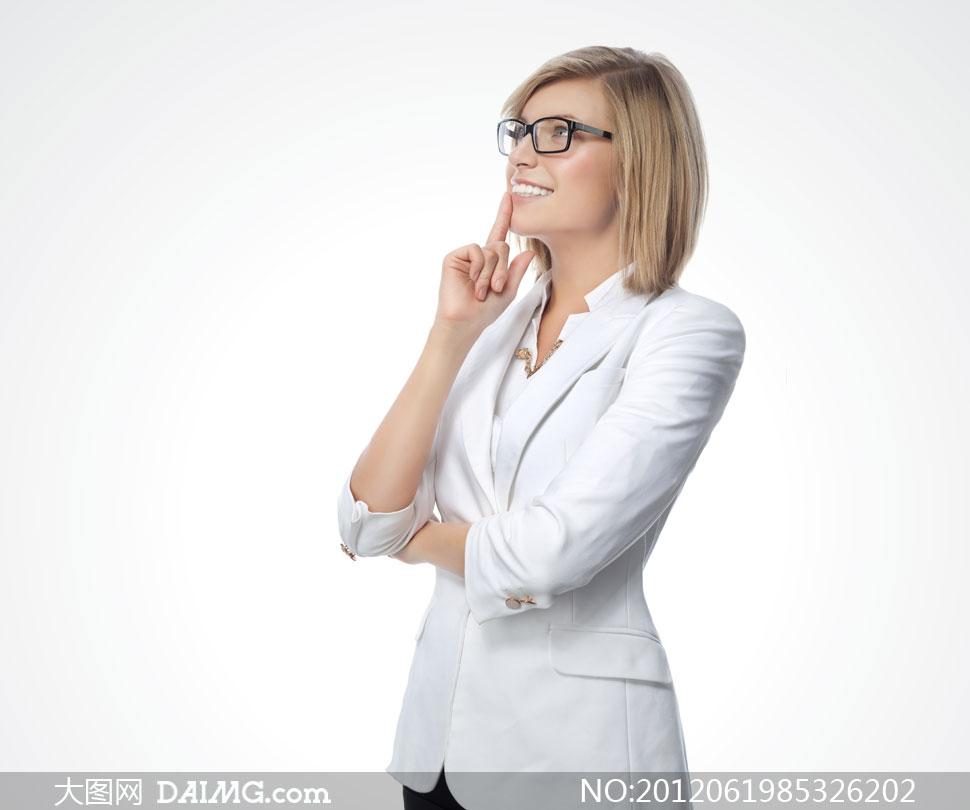 戴眼镜的白色西装美女摄影高清图片