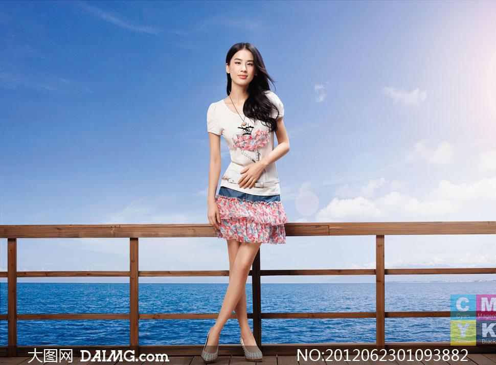 靠着栏杆站立的服装美女高清图片 大图网设计