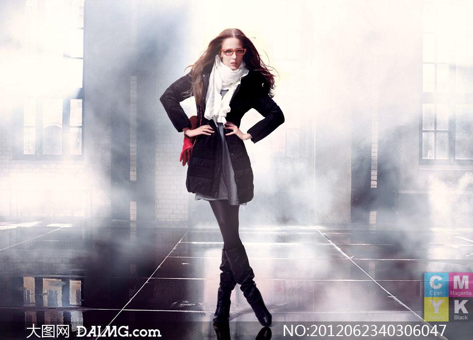 身穿羽绒服的冬装美女摄影高清图片