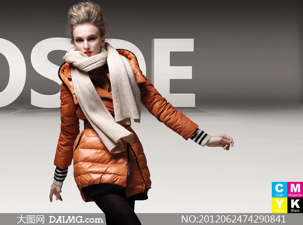穿橙色羽绒服的时尚美女摄影高清图片