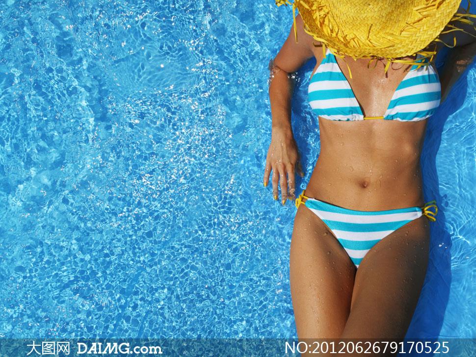 在晒太阳的比基尼美女摄影高清图片