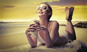 手拿饮料的太阳镜美女摄影高清图片