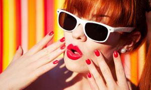 红唇红指甲的墨镜美女摄影高清图片