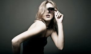 头发遮住眼镜的露肩美女摄影高清图片
