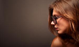 戴着眼镜的长发美女侧面摄影高清图片