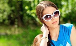 戴着太阳镜的秀发美女摄影高清图片