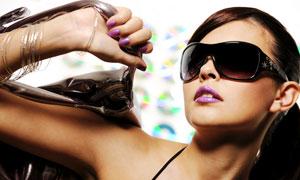 拎着包包的墨镜美女摄影高清图片