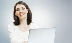 绽放笑容的美女与电脑高清图片