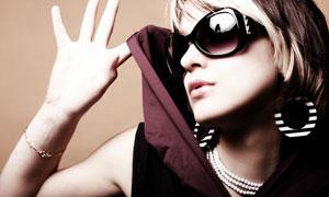 戴耳环的墨镜美女人物摄影高清图片