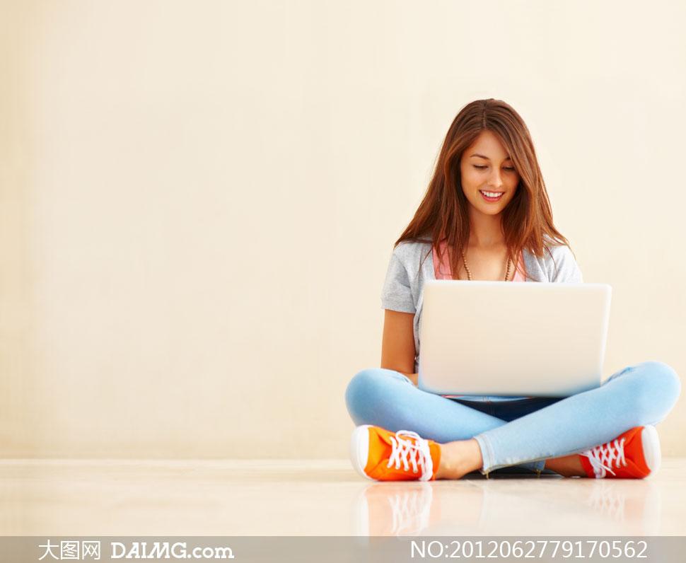 盘腿坐着的美女与电脑摄影高清图片