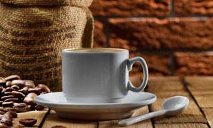 装满咖啡豆的麻袋与咖啡杯高清图片