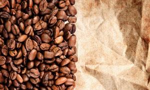 咖啡豆与褶皱纸张背景摄影高清图片