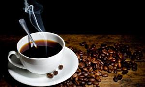 昏暗场景下的咖啡杯子摄影高清图片