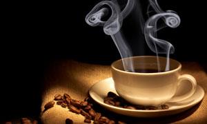 热气腾腾的咖啡杯子摄影高清图片