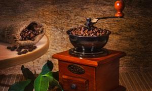 咖啡豆研磨机与绿叶桂皮摄影高清图片