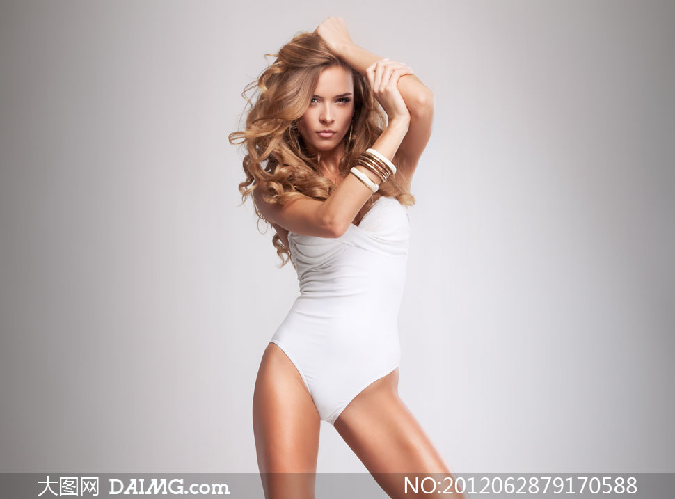 穿白色抹胸连体泳装的美女高清图片