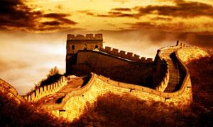 乌云笼罩下的金黄色彩长城高清图片