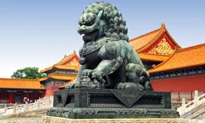 明清风格建筑物与青铜狮子高清图片