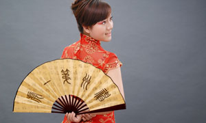 手拿折扇的旗袍的美女摄影高清图片