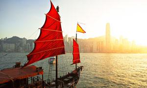 航行在江面上的帆船摄影高清图片