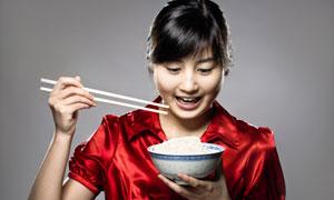 端着饭碗拿着筷子的女孩高清图片