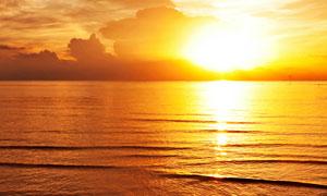 耀眼夺目的夕阳与海景摄影高清图片
