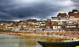 藏族房屋和小河摄影图片