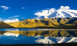 慕士塔格峰和湖面倒影摄影图片
