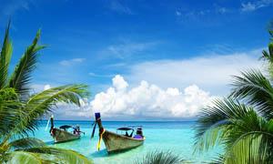 热带海滩和游船摄影图片