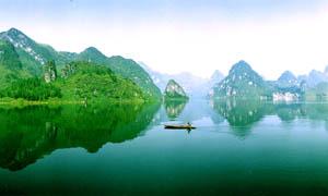青山绿水和水中倒影摄影图片